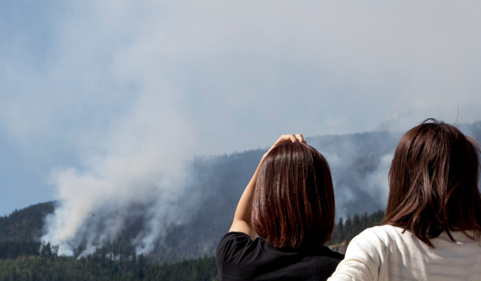 bc-wildfire-people-stop-at-gas-station-to-watch-mountain-burn